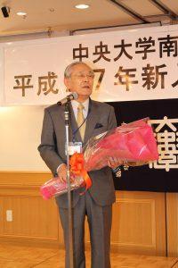 叙勲を祝い真紅のバラの花束を贈呈され嬉しそうな足立会長